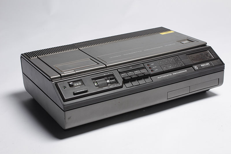 800px-Philips_VCR_system_recorder_(6498642683)